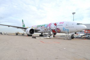 L'avion Hello Kitty arrive sur le tarmac à Roissy CDG